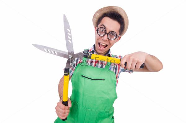 Забавный мужчина с ножницами на белом фоне