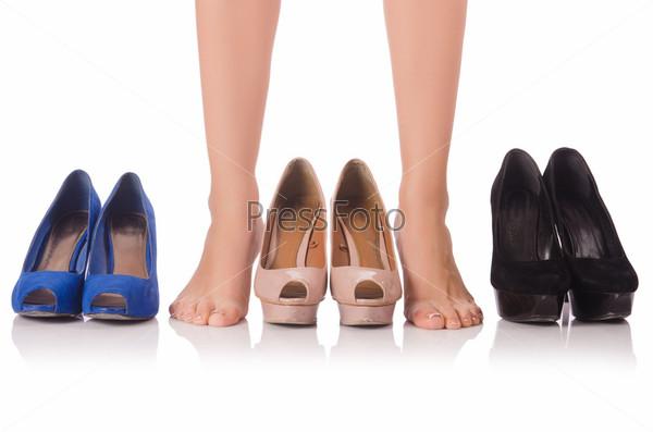 Выбор женской обуви на белом фоне