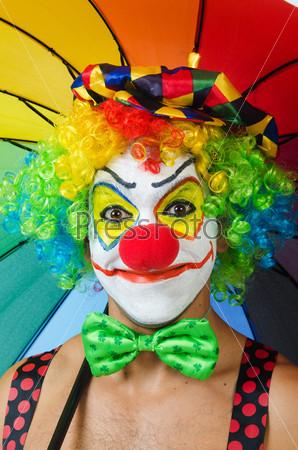 Клоун с зонтом, изолированный на белом фоне