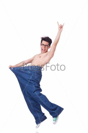 Забавный мужчина с большими брюками, изолированный на белом фоне