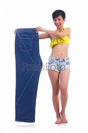 Женщина с большими джинсами в концепции диеты