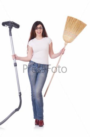 Женщина делает уборку дома