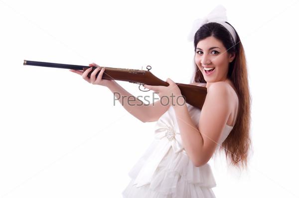 Невеста с винтовкой, изолированная на белом фоне