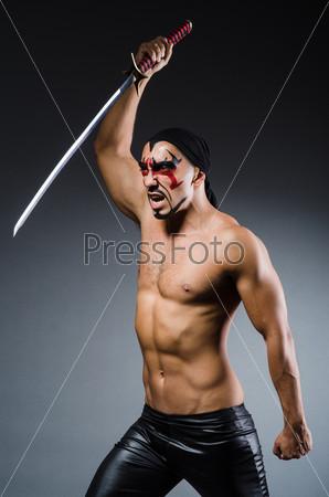 Человек с мечом и раскрашенным лицом