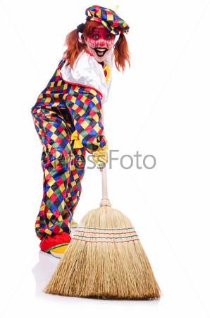 Клоун с метлой, изолированный на белом фоне
