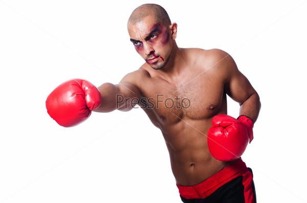 Избитый боксер, изолированный на белом фоне