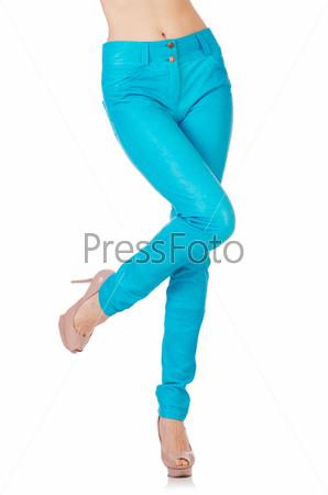 Женские ноги в синих брюках