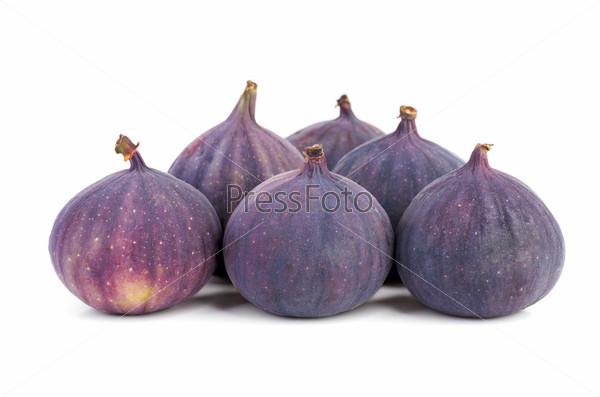 Плоды инжира на белом фоне