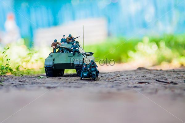 Фотография на тему Немецкий тяжелый танк пантера и мотоцикл с коляской