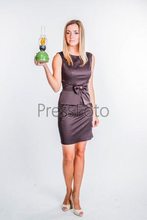 Молодая и красивая женщина со старинной лампой