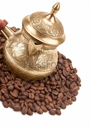 Кофейник и кофейные зерна, изолированные на белом фоне