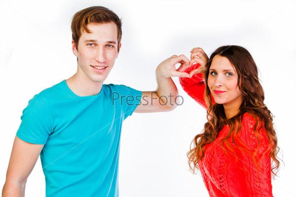 Красивая пара любящих друг-друга молодых людей