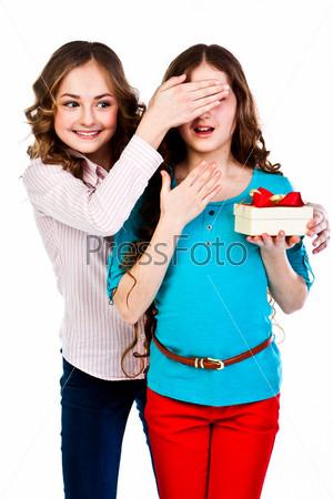 Фотография на тему Красивая девочка дарит другой девочке подарок