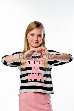 Фотография на тему Маленькая и красивая девочка показывает пальцами сердце