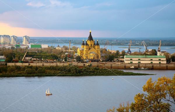 Фотография на тему Красивый собор Александра Невского на слиянии двух рек