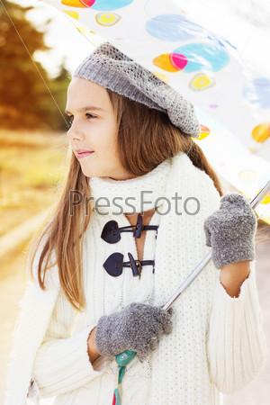 Красивая девочка с цветным зонтиком