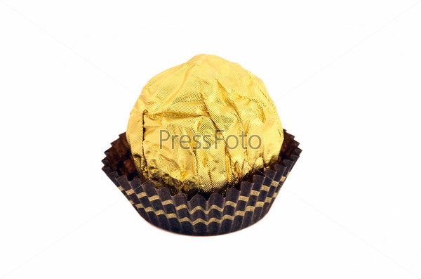 Сладкая шоколадная конфета, завернутая в золотую фольгу, изолированная на белом фоне