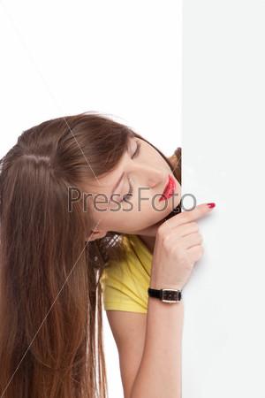 Молодая красивая девушка указывает пальцем