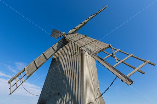 Крылья ветряной мельницы на фоне голубого неба