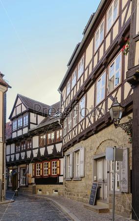 Фотография на тему Улица с фахверковыми домами в городе Кведлинбург, Германия