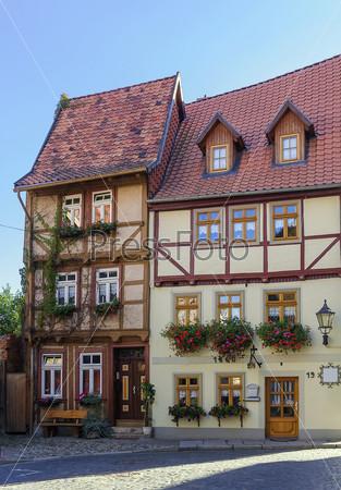 Улица с фахверковыми домами в городе Кведлинбург, Германия