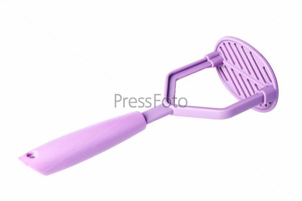 Фиолетовая пластиковая картофелечистка, изолированная на белом фоне