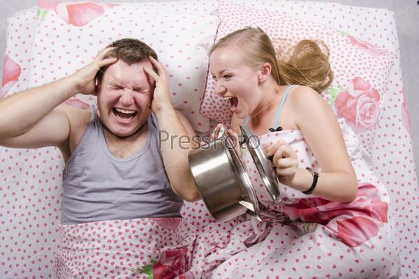 Фотография на тему Девушка разбудила парня в кровати, ударив крышкой о кастрюлю
