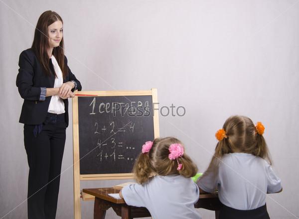 Школьный учитель учит двух учеников