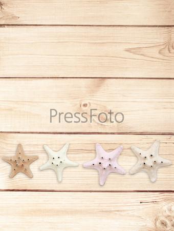 Морские звезды на деревянной текстуре