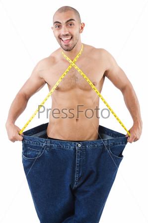 Мужчина в концепции диеты с большими джинсами