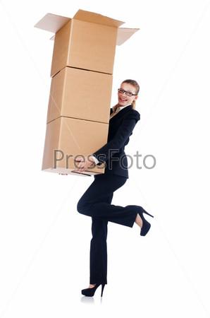 Бизнес-леди с коробкой на белом фоне