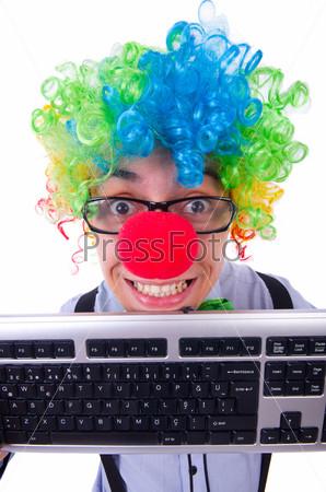 Забавный парень с парике клоуна на белом фоне