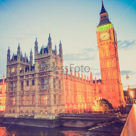Винтежная фотография Вестминстерского дворца. Лондонская готическая архитектура. Ночь