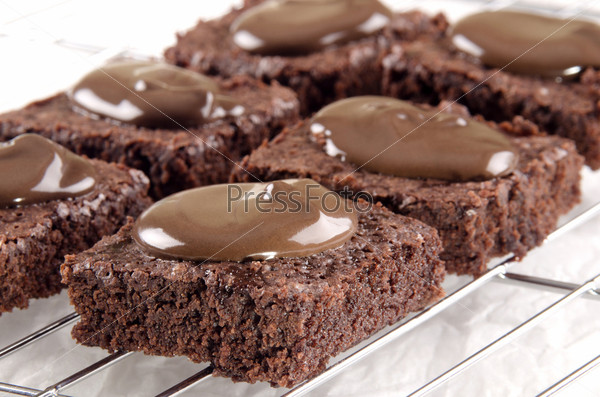 Домашняя выпечка с шоколадом на подставке для охлаждения