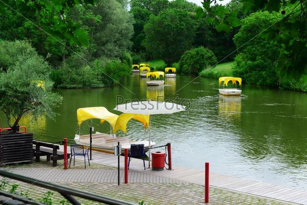 Лодки для прогулки вокруг озера