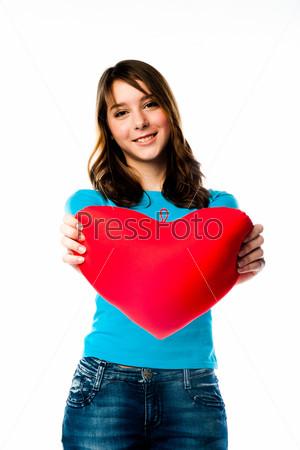Красивая девочка с плюшевым сердечком