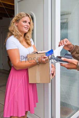 Домохозяйка принимает посылку