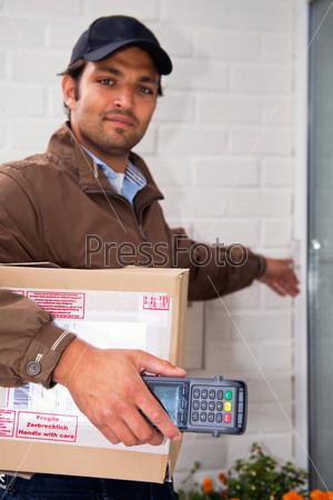 Почтальон у двери