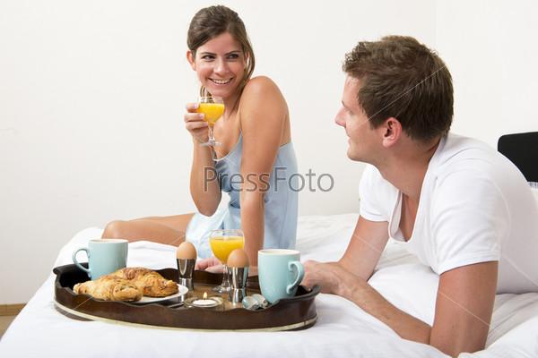 Пара вместе завтракает в постели