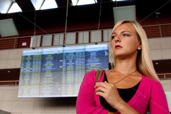 Фотография на тему Молодая и красивая женщина на железнодорожном вокзале