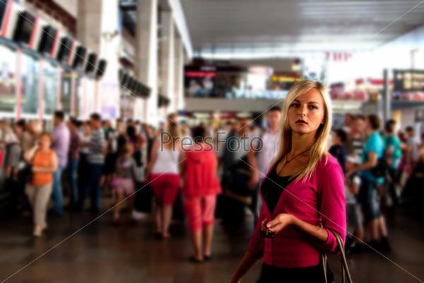 Молодая и красивая женщина на железнодорожном вокзале