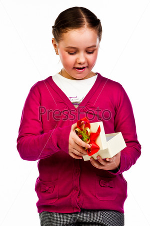 Красивая девочка с подарком