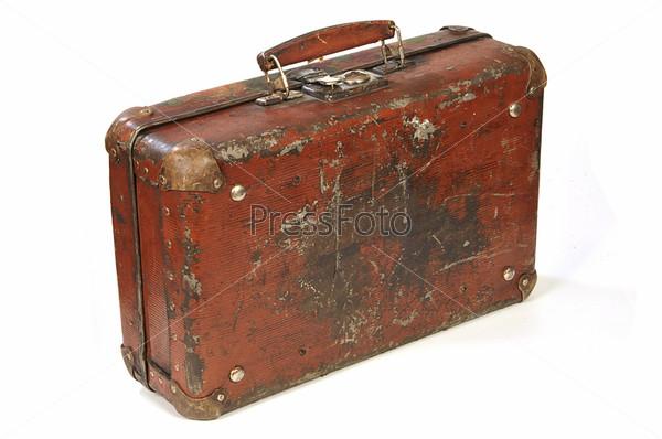 Старый чемодан на белом фоне