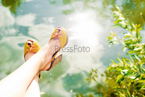 Женские ноги над водой