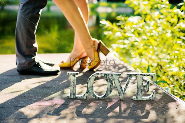 """Фотография на тему Слово """"любовь"""" и ноги влюбленных"""