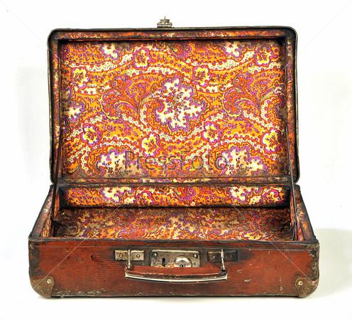 Открытый старый чемодан