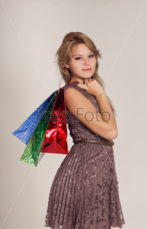 Красивая женщина с пакетами