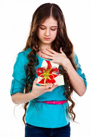 Маленькая и красивая девочка с подарком
