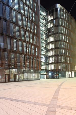 Фотография на тему Здание со стеклянными стенами и стальной конструкцией, Санкт-Петербург, Россия, ночь