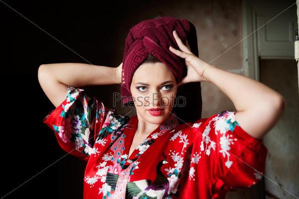 Фотография на тему Красивая женщина с полотенцем